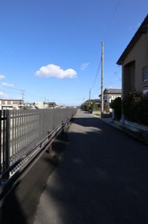 前面道路の写真です。物件は右側です。2019年11月04日 11:30頃撮影。