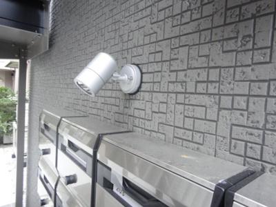 エントランスの集合ポスト上部にある防犯カメラです!夜遅くに帰宅する時も、お出かけ時でも安心ですね♪