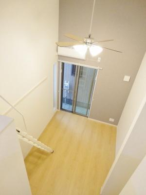 ロフトからの景観です!天井が高く開放感のある洋室5.5帖にはシーリングファンが設置されています☆