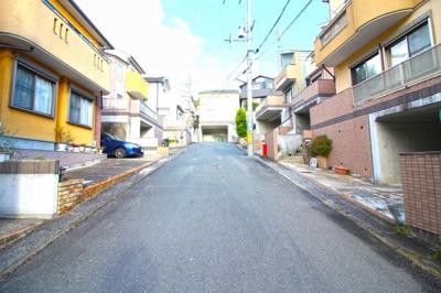 前道が6mある交通量の少ない住宅地なので、車の出し入れもラクラクです。運転が苦手な方でも安心ですね。