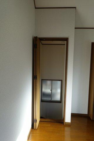 2枚折れ戸があり室内の保温に便利です