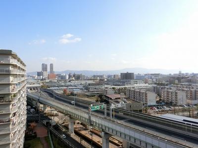 【現地写真】周りには高い建物はございません♪日当たりの良いお部屋です♪
