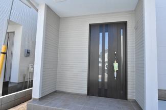 広い玄関ポーチは雨の日でも鍵の開け閉めラクラク♪ 親子タイプの断熱玄関ドアはカードキー付で便利!