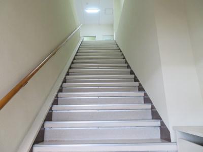 正面の階段(裏口側も利用いただけます)