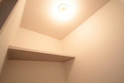 上部には棚があり、トイレもすっきり使えます