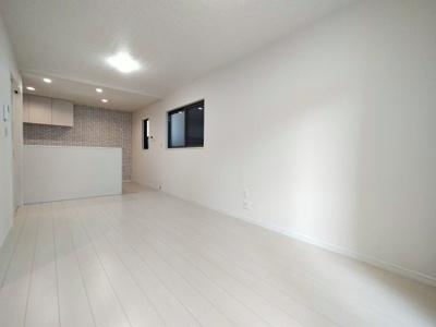 【施工例】実際に建築したリビングです。白のフローリングが爽やかです。色もお好きにお選びいただけます。