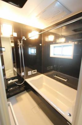 【施工例】実際に建築したお家の浴室の写真になります。 この施工例は高級感のあるブラックですが、壁の色もお選びいただけるんですよ!