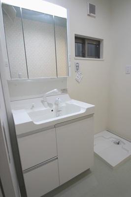 【施工例】実際に建築したお家の洗面台です。 鏡は収納にも三面鏡にもなります。細かい化粧品などの収納にも便利ですね♪