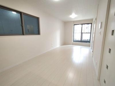 【施工例】洋室施工例。2面採光によって明るい居室を実現できます。