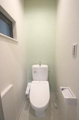 【施工例】実際に建築したお家のトイレの写真になります。 ホワイトを基調とした、トイレは圧迫感がなく手洗いができるタイプのものです♪