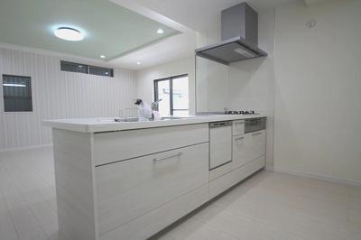 【施工例】実際に建築したお家のキッチンの写真になります。作業スペースやシンクが広いとお料理が快適。標準仕様の食洗器で家事の時短ができます!