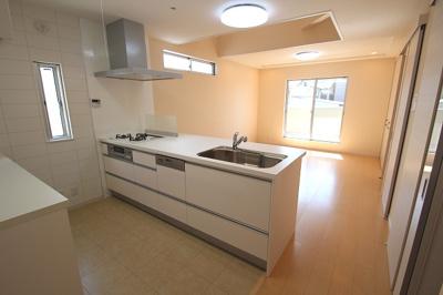 【施工例】実際に建築したお家のキッチンです。 オープンなアイランドキッチンなら、お子様に自然とお手伝いしてもらえたり、ご家族で仲良くクッキングできますね♪