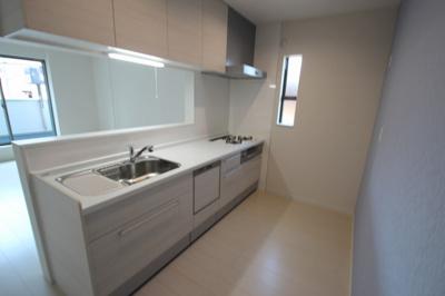 【施工例】実際に建築したお家のキッチンです。 リビングにいるご家族の様子もを伺いながらお料理ができるカウンターキッチンは憧れですよね♪