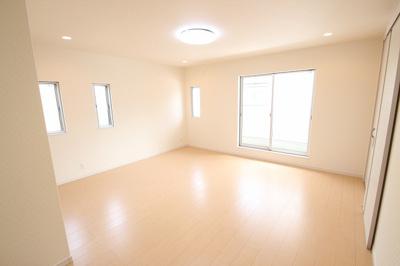 【施工例】実際に建築したお家のリビングです。 窓がたくさんあるリビングは明るく風通しも良いです。自然と家族が集まり団らんの時間が増えそうなくつろぎ空間♪