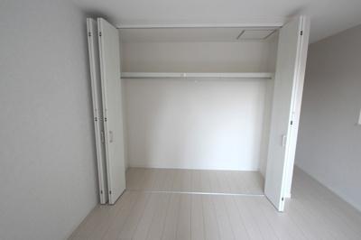 【施工例】実際に建築したお家のクローゼットです。 たっぷり収納できる壁一面のクローゼットがでお部屋がスッキリ片付きます♪