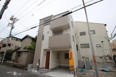 現地のお写真です。これからお家が建っていくのを想像すると楽しみですね♪ 正面のお家は完成したA号地です!