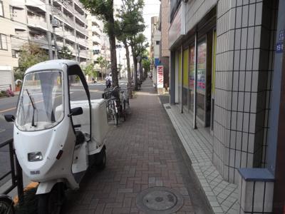 上野の賃貸物件。ハイツ隆 物件前 日暮里中央通り沿いの物件で夜道安心!