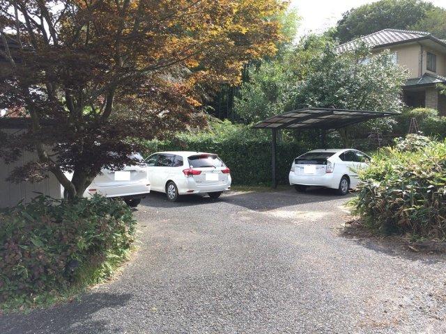 敷地西側の駐車場です。1台はカーポート付です。これだけのスペースですので、いざと言うときは更に2~3台駐められます。