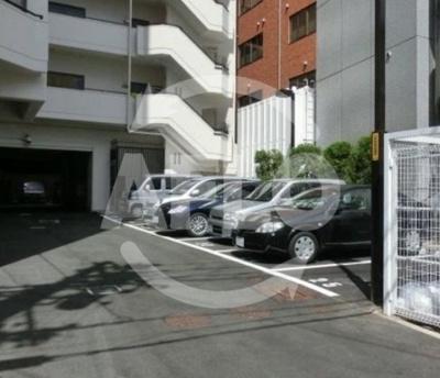 ハイネス上本町 駐車場は平面で出し入れがしやすくなっております
