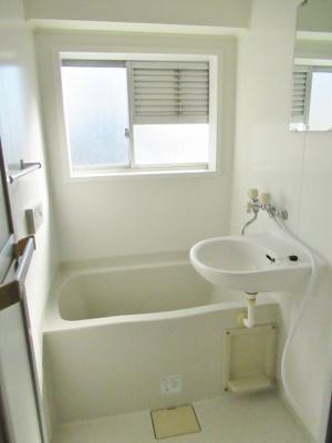 日々の疲れを癒すお風呂は大きな窓付きです