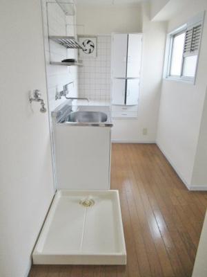 キッチンと室内洗濯機置場です