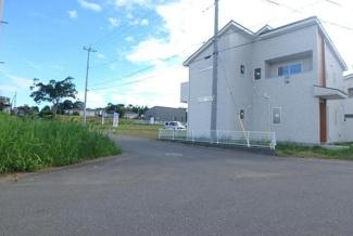人気の角地☆小学校までは徒歩2分で、お子様の通学も安心です(*^-^*)