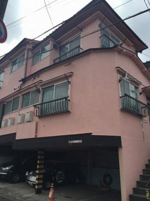 ピンク色の建物になっております