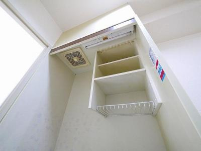 上部には棚もあり、便利です