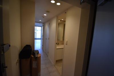それではお部屋をご案内致します お部屋は509号室です。