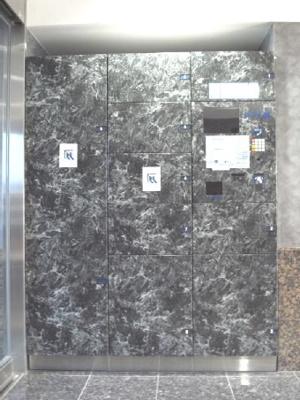 OLIO東長崎:高級感のある宅配ボックスです