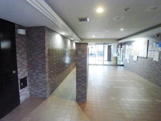 1階のエントランス部分、清掃も行き届き清潔感のあるエントランスです。