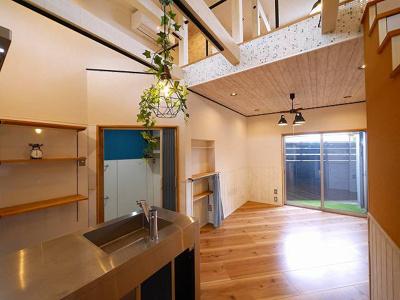 キッチンスペース作り付けの収納棚