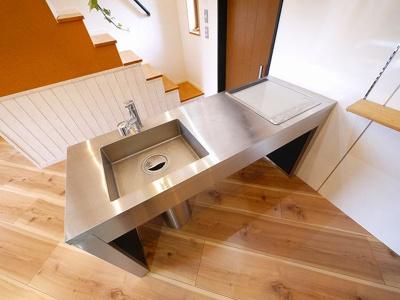 スタイリッシュなデザインのシステムキッチン