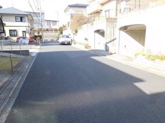 グランファミーロ リ・スタイルおゆみ野南の駐車場に面した道路です。交通量が少ないので駐車もゆっくりできます。