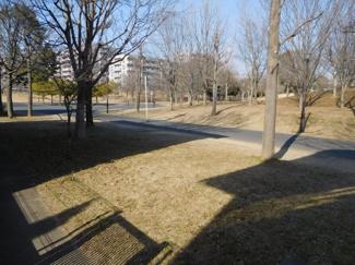 グランファミーロ リ・スタイルおゆみ野南の遊歩道です。庭を出てすぐ遊歩道につながっています。