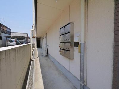 1階の入り口は入居者様専用の鍵が必要です。