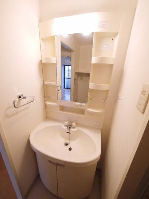 朝の身支度に便利な独立洗面台・綺麗な独立洗面所です。