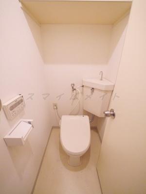 清潔感のあるトイレです。上部に棚もあります。