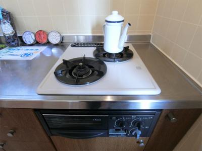 2口ガスコンロ/グリル付きシステムキッチンです☆グリルがあるとお料理の幅が広がりますね♪