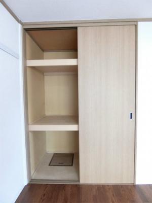 南向き洋室6帖のお部屋にある収納スペースです!高さがある収納スペースでかさ張るお荷物もすっきり!