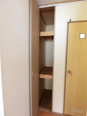 廊下にある収納スペースです!奥行きのある収納で、かさ張るお掃除用品などもすっきり収納できて便利◎