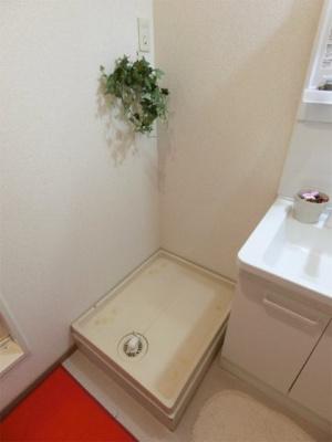 洗面所内、シャンプードレッサー横にある室内洗濯機置き場です♪防水パンが付いているので万が一の漏水にも安心です!室内に置けるので洗濯機が傷みにくい☆