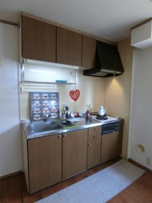木目調のおしゃれなデザインのシステムキッチンです!場所を取るお鍋やお皿もたっぷり収納できてお料理がはかどります!窓があるので換気もOK♪