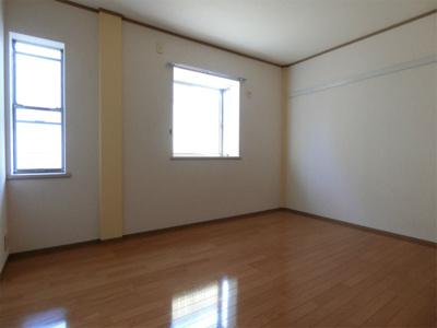 玄関側にある洋室6帖のお部屋です♪出窓があるのでインテリアを飾って楽しむこともできます♪壁にはピクチャーレールがあり、絵や写真が飾れます☆