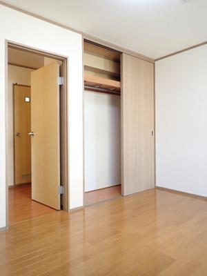 クローゼットのある玄関側洋室6帖のお部屋です!お洋服の多い方もお部屋が片付いて快適に過ごせますね♪