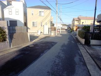 前面道路は幅員5.5mのゆったりとした公道です、車の駐車も楽々。