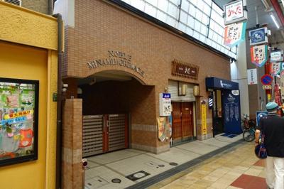 入口は商店街のアーケード内にありますので、濡れずに駅まで行くことができます。