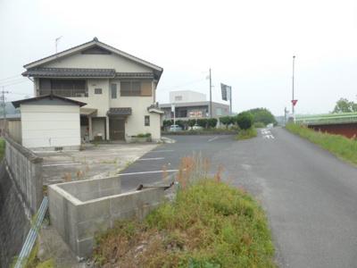 建物裏側と駐車場
