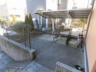 屋根付きの駐輪場で雨が降っても大切な自転車が濡れなくてすみますね♪自転車があればちょっとしたお買い物にも便利です☆