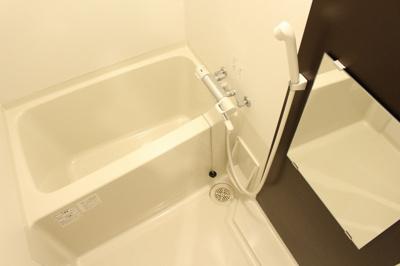 冷蔵庫・電子レンジ、キッチンには作業スペースもあってお料理やお掃除もラクラク
